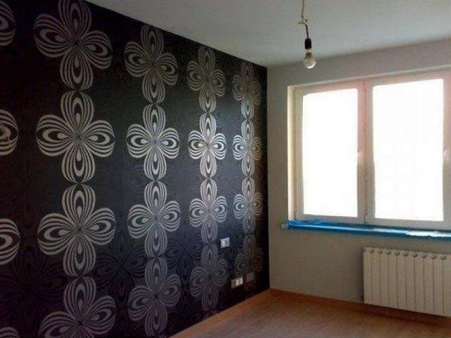 Выделение одной стены обоями черного цвета