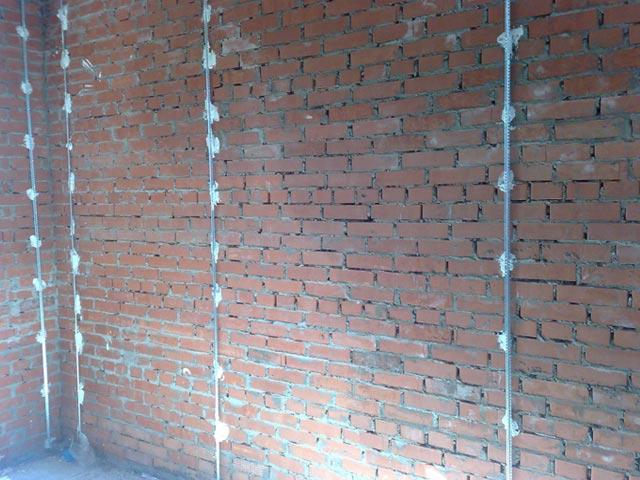маяки на кирпичной стене