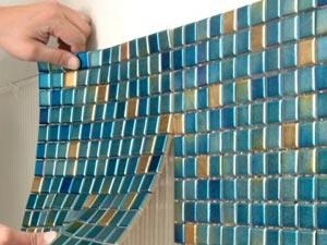 Приклеивание мозаичных плиток