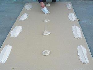 Выравнивание стен гипсокартоном с применением жидких гвоздей