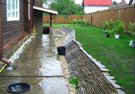 Пластушка во дворе частного дома в дождь