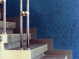 Облицовка стен штукатуркой Короед синего цвета