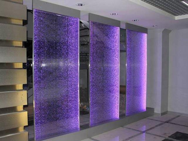 Отделка одной стены коридора воздушно-пузырьковыми декоративными панелями.