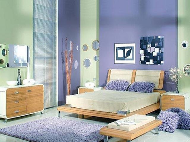 Комбинирование ярких обоев в спальне